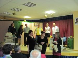 Igralci skupaj s predsednicama društev in predsednico krajevne skupnosti Virštanj